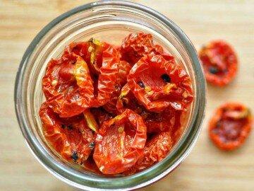 Вяленые помидоры в стеклянной чашке