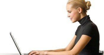 Девушка играет на компьютере
