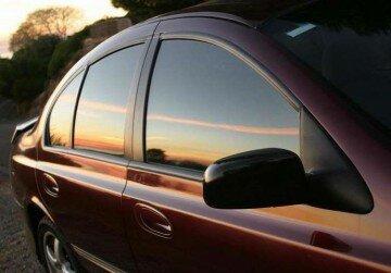 Автомобиль с тонированными стеклами