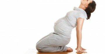 Беременная сидит на коленях