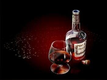 Бутылка хеннеси и бокал