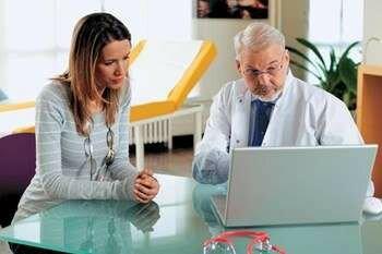 Девушка сидит с врачем