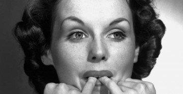 Девушка свистит с помощью двух пальцев