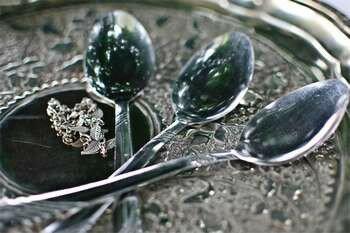 Ложки на серебряном подносе