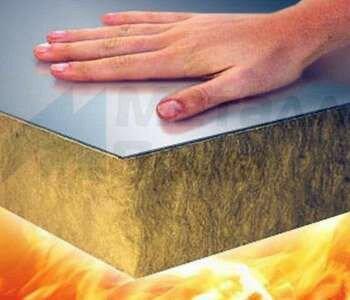 Пламя и рука за сендвич-панелью