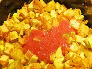 Добавление томатной пасты в овощное рагу