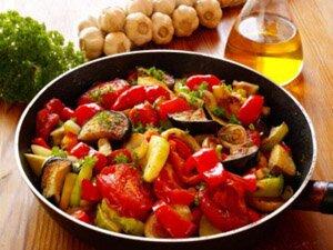 Приготовление овощного рагу на плите