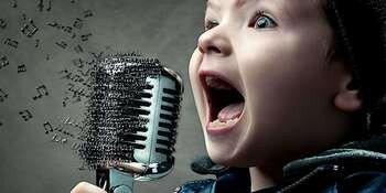 Ребенок кричит в микрофон