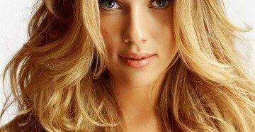 Длинный волнистый волос блондинки