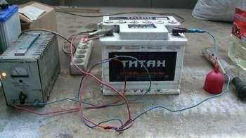 Аккумулятор заряжается от зарядного устройства