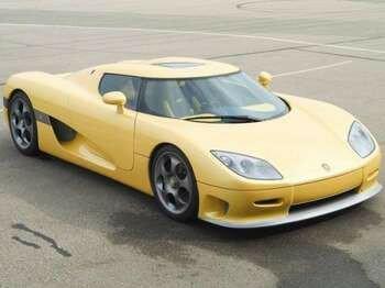 Бледно-желтый спорткар