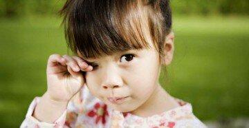Девочка чешет правую бровь