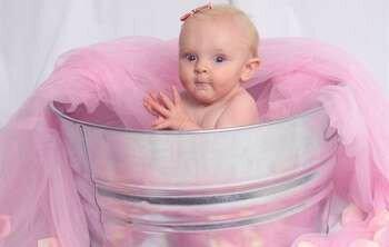 Девочка в выворке с розовой тканью