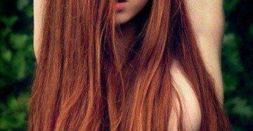Девушка из одежды только волосы