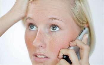 Девушка звонит по мобиле
