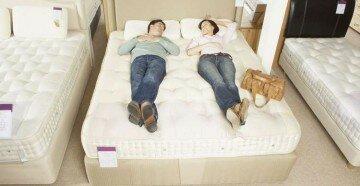 Двое лежат на кровати