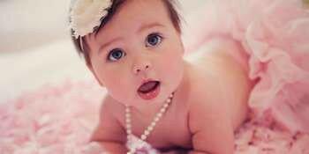 Маленькая девочка с бусами