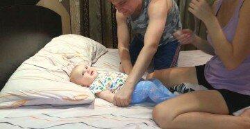 Мама с папой чистят носик малышу