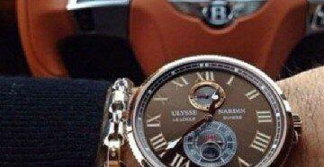 Мужские наручные часы на фоне руля бентли