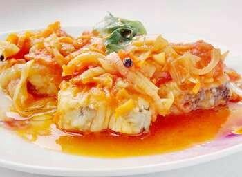 Рыба под маринадом на тарелке