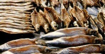 Рыба сушится с распорками