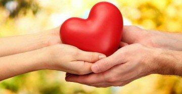Сердечко в руках двоих