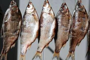 Сушится рыба на проволоке