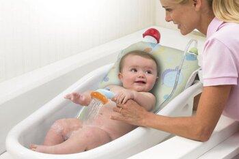 Подмывание новорожденной девочки