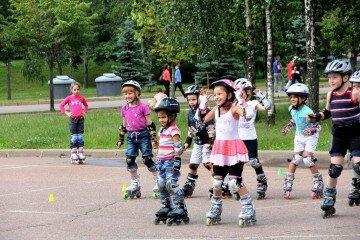 Обучение катанию на роликах ребенка
