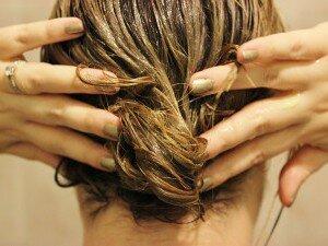 Массаж кожи головы с репейным маслом