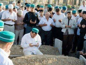 Мусульманские похороны, чтение суры из корана