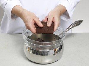 Предварительное разламывание шоколада