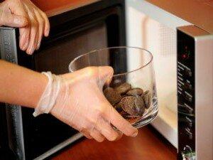 Топка шоколада в специальной посуде для микроволновки