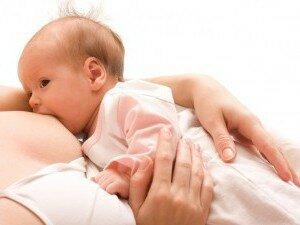 Дневное кормление новорожденного